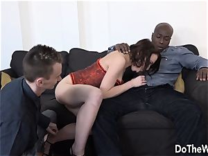 wifey Lindsey finds a ginormous ebony sausage in her culo