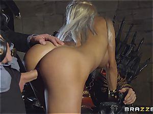 Daenerys Targaryen gets fucked by Jon Snow on the metal Throne