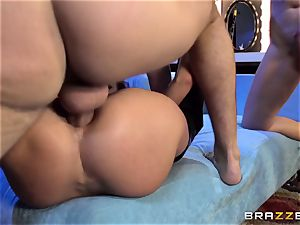 Alektra Blue and Nikki Benz are a wish 3some
